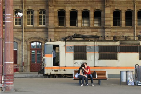 Kissing_in_Strasbourg_Main_Station