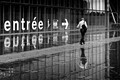 Juste après la pluie, l'eau crée un miroir sur le sol en bois de ce parvis. Photo réalisée à la Bibliothéque François Mitterrand à Paris.