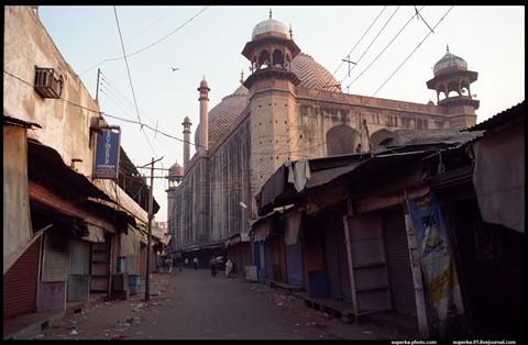Streets_of_Agra_(Jama_Masjid)[3]