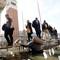 Mendicante nell'acqua alta in Venice