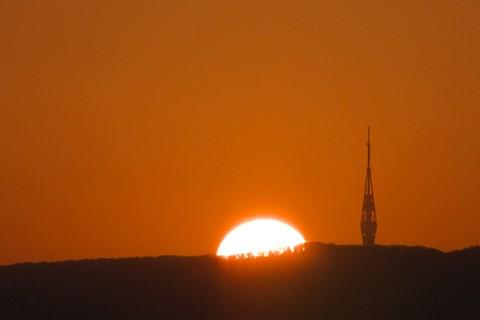 Kamzik - zapad slnka pri vysielaci - close-up