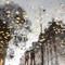 Les feuilles mortes: Ambiance automnale à Paris. Les trottoirs mouillés se prétaient bien aux jeux de reflets notamment sur cette portion de trottoir où les feuilles étaient bien réparties. La photo est évidemment retournée (effet classique mais souvent efficace)