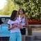 deux jeunes filles devant un Chevy Bel-Air